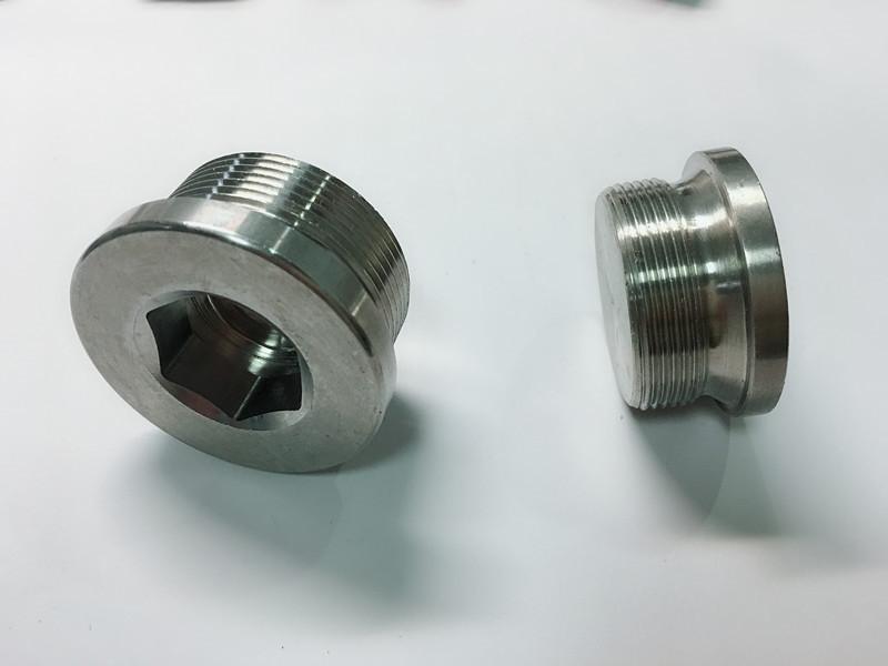zakázkový šroub z nerezové oceli s kroužkem na klíče ss