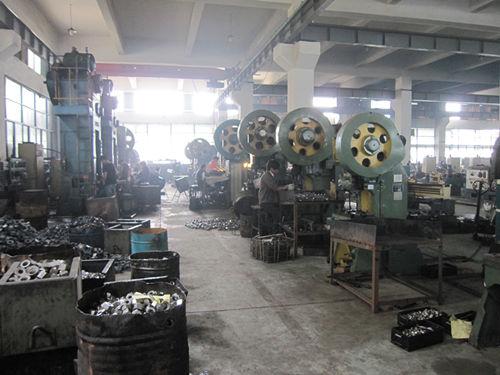 Stroj kovaný za tepla